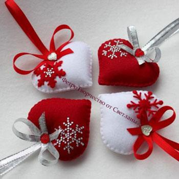 Karácsonyfadíszek egyszerűen filcből - strasszokkal