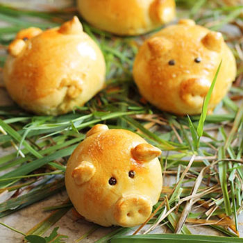 Cute little pig buns with bacon jam