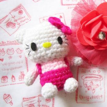Mini horgolt Hello Kitty kulcstartó (ingyenes amigurumi minta)