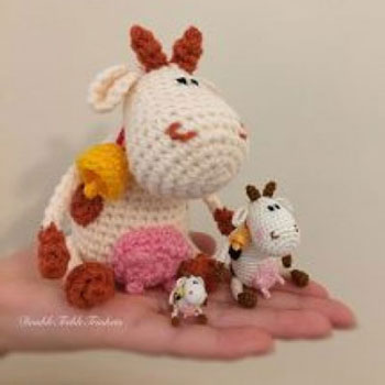 Sitting amigurumi cow with bell (free crochet pattern)
