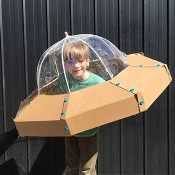 Egyszerű UFO jelmez kartonpapírból esernyővel (ingyenes sablon)