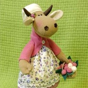 Tavaszi plüss tehén baba virágkosárral (ingyenes szabásminta)