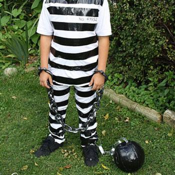 Egyszerű rab jelmez gyerekeknek fekete ragasztószalaggal