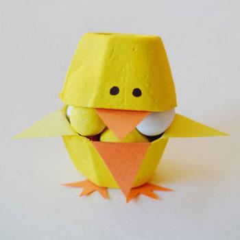 Húsvéti cukorkatartó csibék tojástartóból