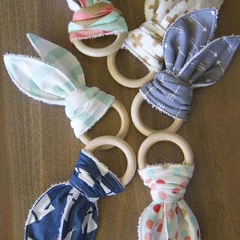 Egyszerű textil nyuszifül rágóka babáknak fa karikával (szabásminta)