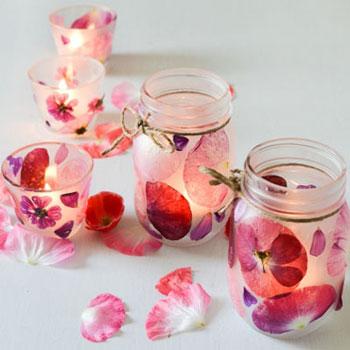 Gyönyörű lámpás befőttesüvegből virágszirmokkal - tavaszi dekoráció