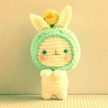Cute little crochet bunny with a chick - free amigurumi pattern