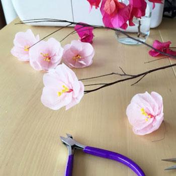 Papír cseresznyevirágok faágon krepp papírból - tavaszi dekoráció
