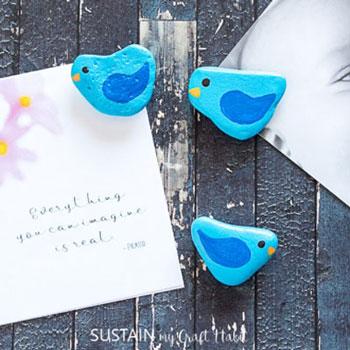 Kék kavics madárka hűtőmágnes - kőfestés gyerekeknek