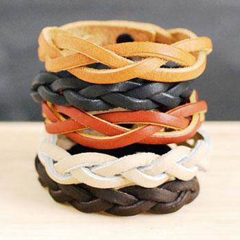 Egyszerű fonott bőr karkötő egy darabból (varázsfonás)