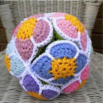Virágos horgolt Amish kirakós labda (puzzle labda) - ingyenes minta