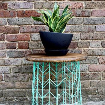 Designer asztalka rácsos fém kosárból és vágódeszkából