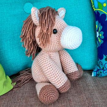 Aranyos és egyszerű amigurumi ló (ingyenes horgolásminta)