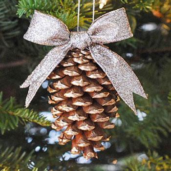 Aranyozott karácsonyfadíszek tobozokból
