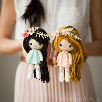 Egyszerű kicsi amigurumi baba textil szoknyával (ingyenes horgolásminta)