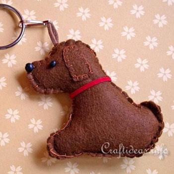 Aranyos filc kutya kulcstartó (szabásmintával)