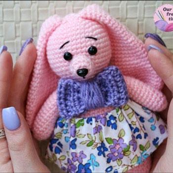 Rózsaszín amigurumi nyuszi (ingyenes horgolásminta és videó útmutató)