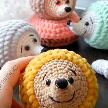 Little amigurumi hedgehogs (free crochet pattern & video tutorial)