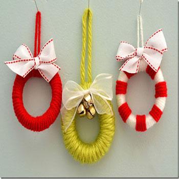 Karácsonyfadíszek fonalból - mini koszorúk függönykarikákból