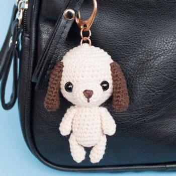 Kicsi amigurumi kutya kulcstartó (ingyenes horgolásminta)
