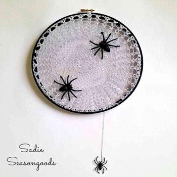 Pókhálós Halloween dekoráció horgolt csipke terítőből egyszerűen