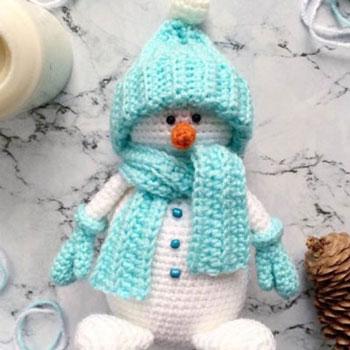Amigurumi hóember téli ruhában (ingyenes horgolásminta és videó útmutató)