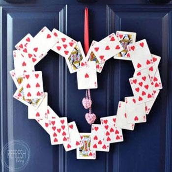 Valentin napi ajtódekoráció kártyákból ( szív alakú ajtódísz )