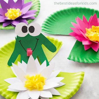Papír tányér tavirózsa kézkörvonal békával - ötlet gyerekeknek