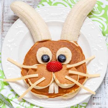 Húsvéti nyuszis palacsinta gyümölcsökkel - kreatív reggeli gyerekeknek