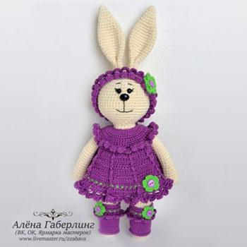 Latta az amigurumi nyuszi baba lila ruhában (ingyeens horgolásminta)