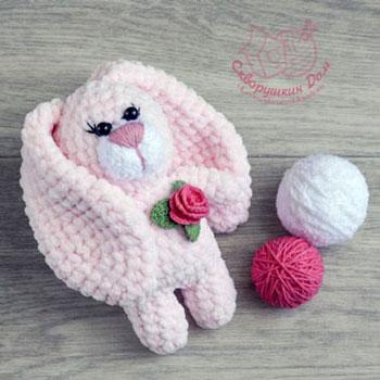 Puha amigurumi nyuszi rózsával (ingyenes horgolásminta)