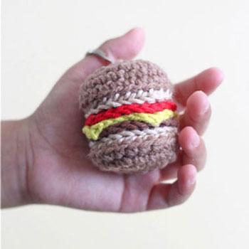 Amigurumi sajtburger kulcstartó (ingyenes hamburger horgolásminta)