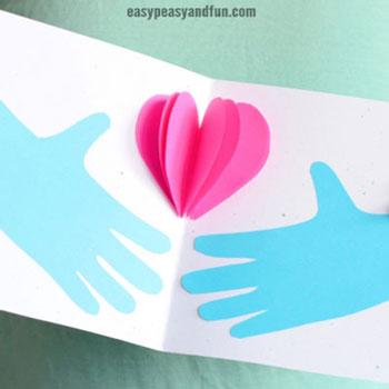 Szívet tartó kéz - egyszerű anyák napi képeslap ötlet gyerekeknek