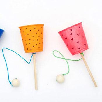 Egyszerű ügyességi játék műanyag pohárból gyerekeknek - kreatív újrahasznosítás