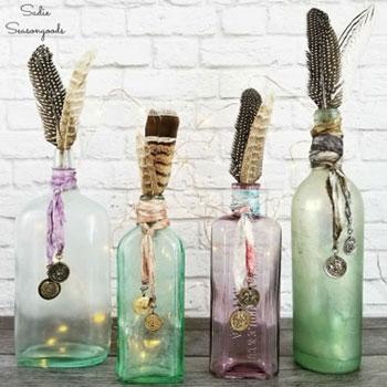 Boho nyári díszek kiürült italos üvegekből szatináló festékkel és tollakkal