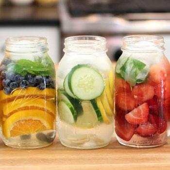 Ízesített víz házilag egyszerűen befőttesüveggel - nyári hűsítő