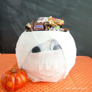 Múmiatál egyszerűen kötözőgézből - vicces Halloween dekoráció