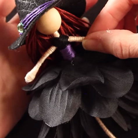 Aranyos boszorkány baba fekete művirágból (lépésről-lépésre)