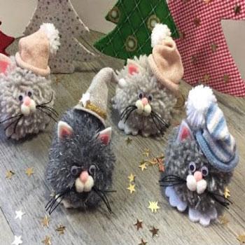 Karácsonyi pompon cica - kreatív karácsonyfadísz maradék fonalakból