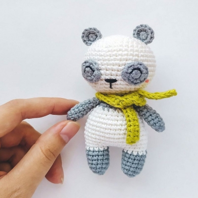 Mini sálas amigurumi panda (ingyenes angol amigurumi minta)