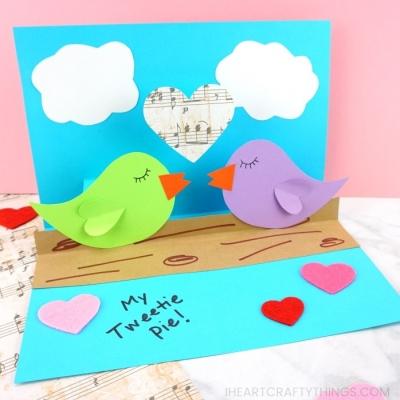 Csőröző szerelmes madárkák - egyszerű Valentin napi képeslap papírból