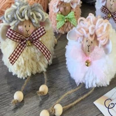 Lógó lábú fa golyó fejű pompon báránykák - húsvéti dekoráció fonalból