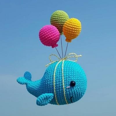 Lufikkal repülő amigurumi bálna (ingyenes amigurumi minta)