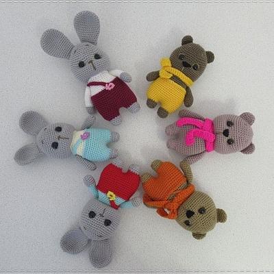 Kicsi nadrágos amigurumi nyuszi és maci (ingyenes minták)
