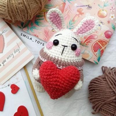 Kicsi amigurumi nyuszi szívecskével - ajándék ötlet (ingyenes amigurumi minta)