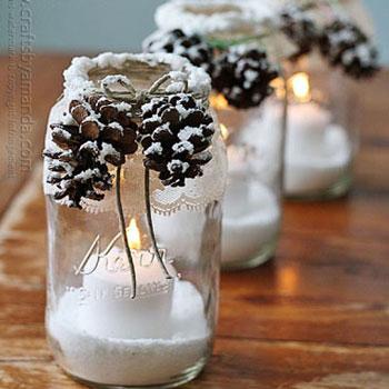 Téli hangulatú mécsestartó befőttes üvegekkel és tobozokkal