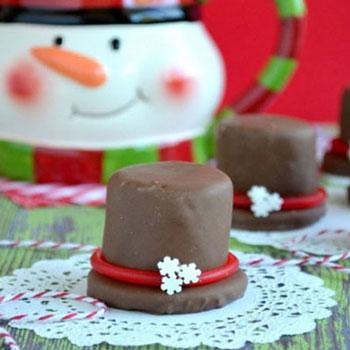 Kalap alakú csokis édességek pillecukorból és kekszből