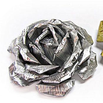 Gyönyörű rózsák alumínium tálkákból