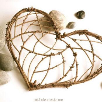 Szívecskés dekoráció fenyő ágakból és müzlis dobozból