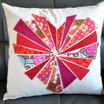 Robbanó szívecskés Valentin-napi patchwork párna (foltvarrás)